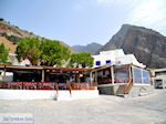 Terrasjes aan het haventje van Agia Roumeli   Chania Kreta   Griekenland